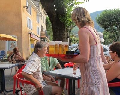 Au bar, pour qu'on entende parler occitan dans un lieu public (photo MN)