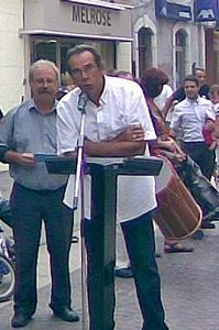 Octobre 2011, inauguration des plaques de rue avec le maire Marc Vuillemot, et le conseiller à la Langue occitane Miquèu Tournan (au micro) (Photo XDR)