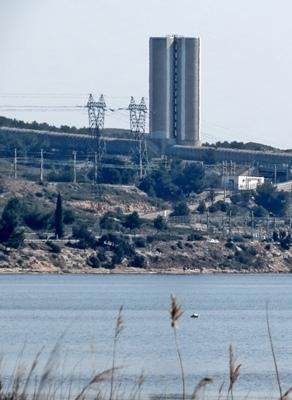 """Au débouché de la Durance, EDF rejette l'eau """"électrique"""" dans l'étang de Berre. L'usine ouvre ses portes à l'occasion du débat, ls 29 et 30 mars 2013 (photo MN)"""