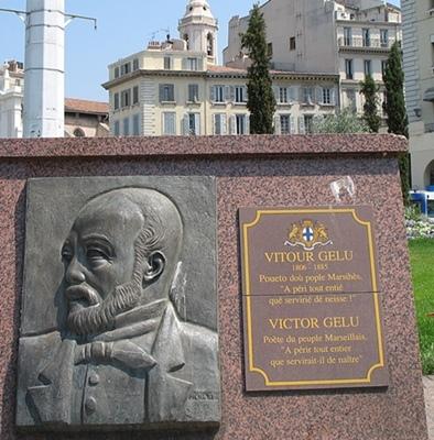 La stèle (ici en 2011) fut posée au Vieux Port après guerre, car la statue érigée en 1891 avait été fondue durant l'Occupation.  (photo MN)