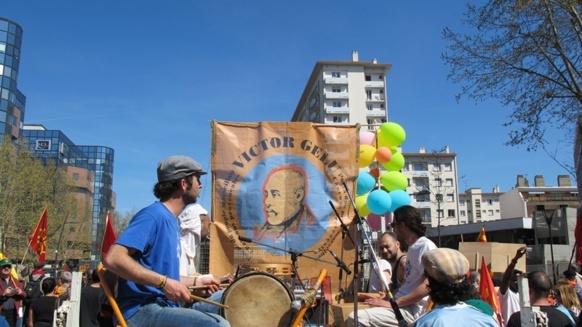 30 mars 2012 dans les rues de Toulouse, l'Ostau dau Païs Marselhés manifeste pour la langue occitane sous le portrait de Victor Gelu (photo MN)