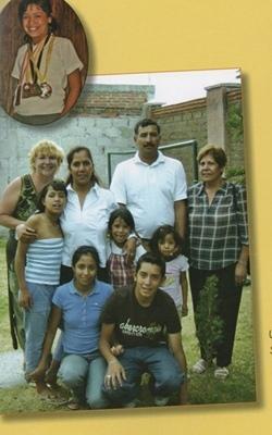 Véra Tur (à gauche) avec une famille d'accueil mexicaine de Puebla (photo XDR)