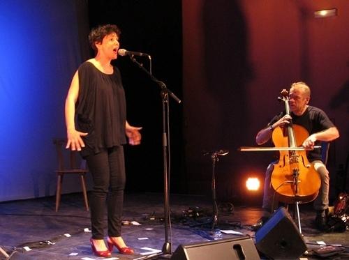 Guylaine Renaud en mai 2012 aux Joutes de Correns, fait décourir ses Béatiho (photo MN)