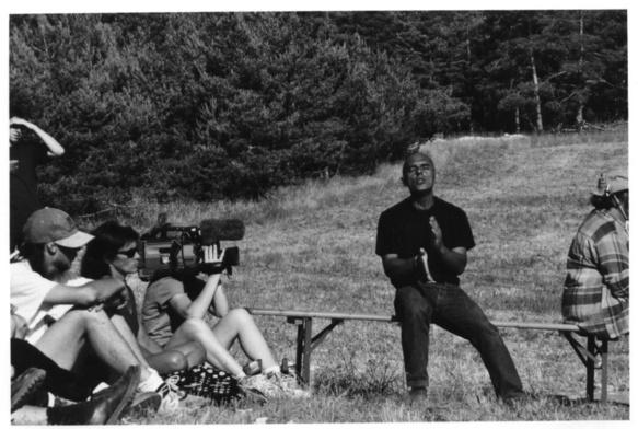 """En 2003, Renat Sette chante et conte """"Jean des Pierres"""" sur la Montagne de Lure pour les 50 ans d'Alpes de Lumières (photo MN)"""