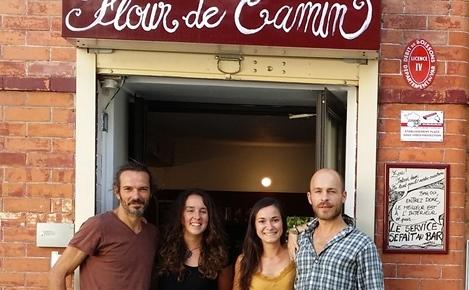 L'artiste, à droite, devant l'épicerie communale de Carnoule, lieu de vie sociale rurale (photo XDR)