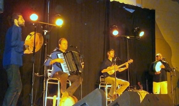 Sur scène Du Bartàs sait soutenir l'enthousiasme du public (photo AC)