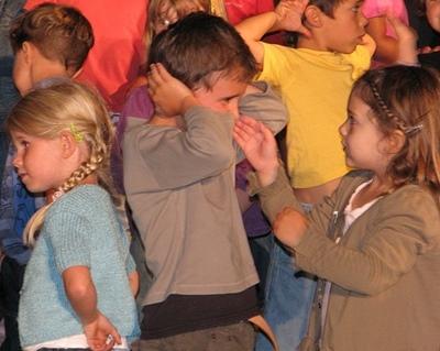 """Les enfants eux mêmes ne supportant pas les """"couacs"""" le projet artistique a été suivi et coordonné avec intervenants, maquettes, répétitions...et beaucoup d'emails (Photo MN)"""