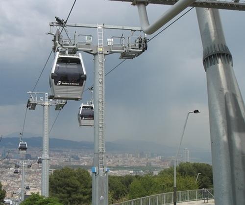 A côté du réseau de bus métropolitains, à Barcelone l'accès aux équipements de la colline de Montjuich (stade olympique, jardin botanique, musées, esplanades, etc.) est assuré par navettes téléphériques, un moyen semble t'il plus économique (photo MN)