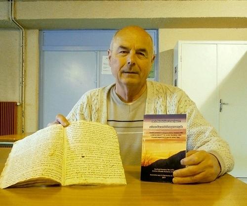 Jean-Claude Rixte, le manuscrit et le livre (photo AC DR)