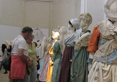 Rester soi même ? Arles valorise le costume traditionnel provençal à l'heure de Marseille Provence 2013  (photo MN)