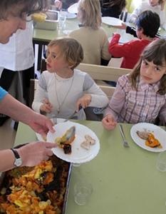 Mirabeau en 2011, les légumes proviennent d'un groupement de paysans locaux, à qui la mairie confie un repas hebdomadaire (photo MN)