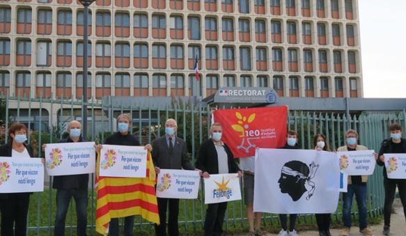 10 octobre 2020, malgré la Covid, plus d'une centaine de rassemblements réclament la loi pour les langues régionales, le mouvement sort de l'ombre. Avec le vote de la loi le 8 avril suivant, l'ensemble de la presse contribuera à élargir sa base. Ici Rectorat d'Aix-Marseille (photo MN)