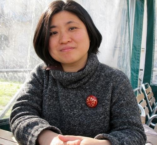 "Naoko Sano à Montpellier cet hiver. "" se fas la fòto, espèra, que vòli agafar lo badge"" (photo MN)"