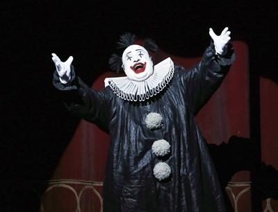 Rigoletto, dirigé par Gianandrea Noseda, mis en scène par une valeur sure revenant,  Robert Carsen. Le bouffon du Duc de Mantoue est incapable de changer son point de vue, ça n'aide pas à évoluer (photo Patrick Berger/Artcomart)