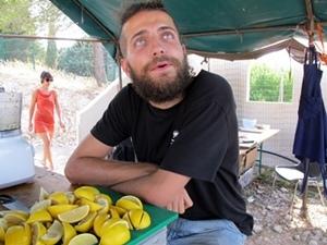 """Surprise, Titouan Billon a laissé ses percus à Du Bartàs, le temps du festival le voici aux cuisines. """" La fèsta passa tanben per lo cèu de boca!"""" (photo MN)"""
