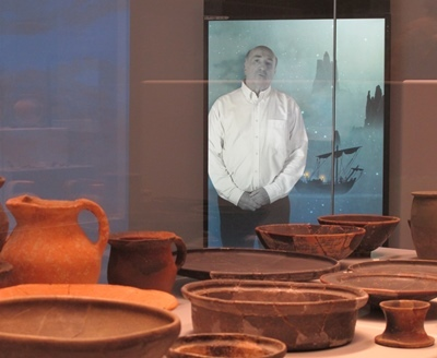 Les poteries d'il y a deux mille ans sont mises sous les lumières apportées par un scientifique du XXIè siècle, via un écran (photo MN)
