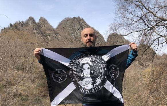"""Isaac Zamora avec la représentation de la République Catalane, aujourd'hui populaire : """"après le 1er octobre 2017 je souhaitais symboliser la volonté du peuple catalan, avec en tête votre Marianne occitane (photo IZ DR)"""