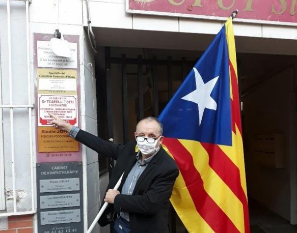 """Devant le consulat d'Italie ce matin. Jacme Delmas s'est pointé à l'heure où les gens passent nombreux vers leur lieu de travail, """"et plusieurs se sont trouvés intéressés et sont venus discuter"""" (photo JD DR)"""