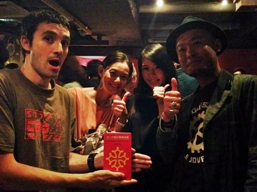 """Avec les artistes et amis japonais, et avec le dictionnaire occitan-japonais de Naoko Sano ...""""il nous a bien servi, et on a jamais eu le sentiment d'être es touristes"""" (photo MT DR)"""