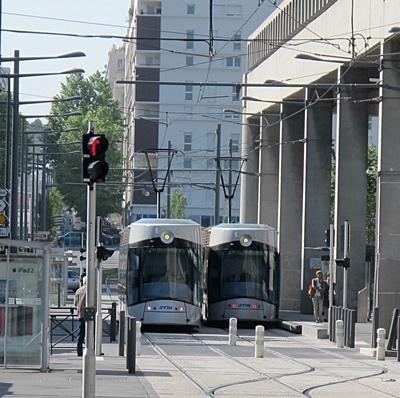 Le tram aboutit au quartier d'affaires. Gayssot le voulait jusqu'au coeur des quartiers nord comme une chance d'égalité dans le développement territorial, ses successeurs ont enterré le projet sous prétexte budgétaire (photo MN)