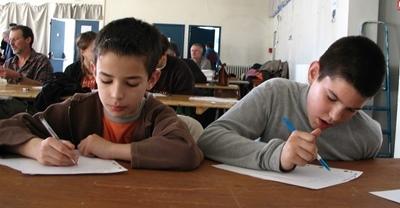 Toujours beaucoup d'écoliers, quand leur maître a préparé la Dictada, et des lots pour chacun après les corrections (photo MN)