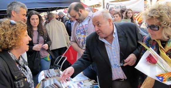 A la Sant-Jordi, le 23 avril, le Centre d'Agermament Occitano-Catala tient un stand très animé sur la Rambla (photo MN)