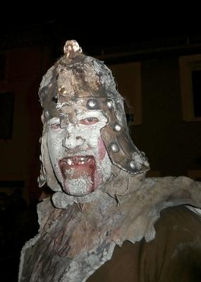 """Un """"gueu"""", il y a aussi des elfes ou des sorcières pour accueillir le Drac à Mondragon (photo AC)"""