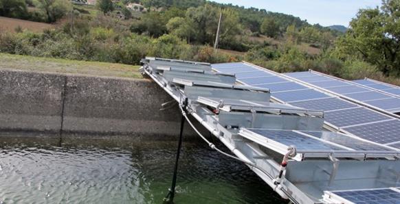 Rafraîchis par les canaux d'irrigation les panneaux solaires auraient un meilleur rendement. Une solution méditerranéenne ? (photo MN)