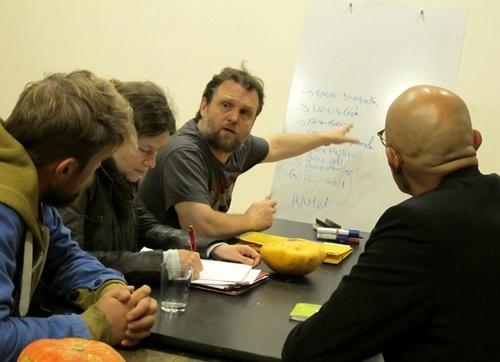 Dans les nouveaux locaux du l'OPM les cours sont des conversations pour avancer en douceur dans l'apprentissage de l'occitan. Ici le cours du mardi avec Sébastien Abbal (photo MN)