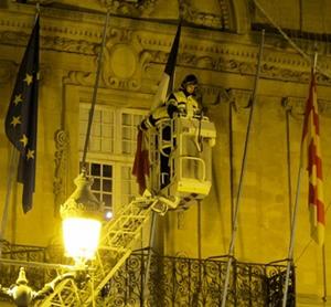 Drapeaux en berne, Marseillaise chantée, dans une foule presqu'exclusivement d'origine européenne, brassant les symboles à disposition immédiate. Aix le 7 janvier (Photo MN)