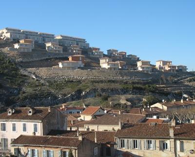 """Septèmes, 11 000 habitants, à cheval entre traditions et modernité, veut cultiver le """"vivre ensemble"""" à une station de bus de Marseille (photo MN)"""