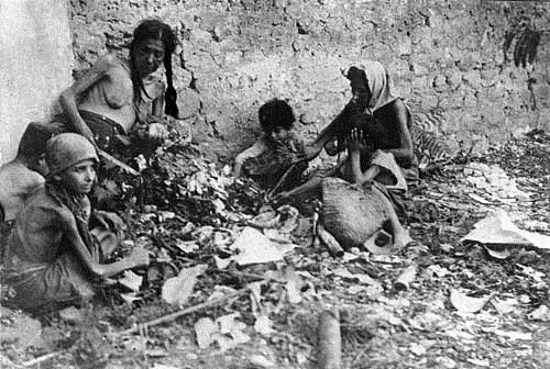 Une famille arménienne au bout du voyage, en 1915-16. Leurs descendants auront un riche destin dans leurs pays d'accueil, sans oublier leurs origines (photo Pères Mékarhistes, Ile St-Lazare, Venise)