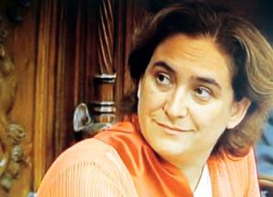 Ada Colau lors de son investiture. Une majorité fragile à l'Ajuntament, mais une popularité importante dans la rue (photo TV de Barcelona DR)