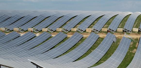 Le photovoltaïque dans le bâtiment à énergie positive ? Un argument face à la consommation d'espace agricole des centrales solaires actuelles. Ici aux Mées, sur le plateau de Puymoisson (photo MN).