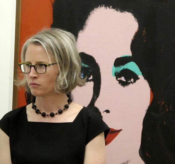 La conservatrice du SFMOMA Caitlin Haskell et l'oeuvre d'Andy Warhol au musée Granet, parmi les toiles et sculptures  de la collection Fisher (photo MN)