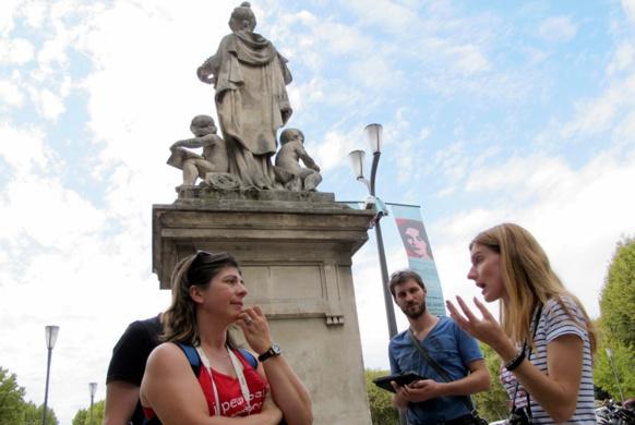 Lors de certaines visites le provençal est un outil privilégié de la connaissance de la ville (photo MN)