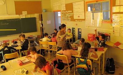 A l'école, dernier lieu du passage de témoin, la question des moyens est cruciale. Ici l'école de Maillane (photo MN)