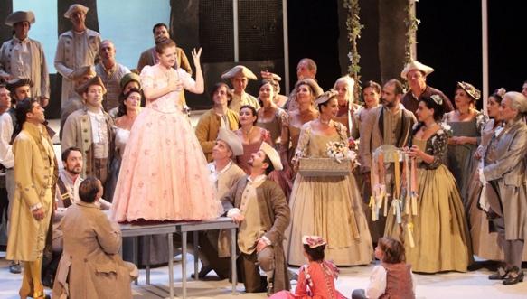 Un sommet vocal avec Patrizia Ciofi (Manon). Le costume aide t-il la voix ? (photo Christian Dresse / Opéra Marseille DR)