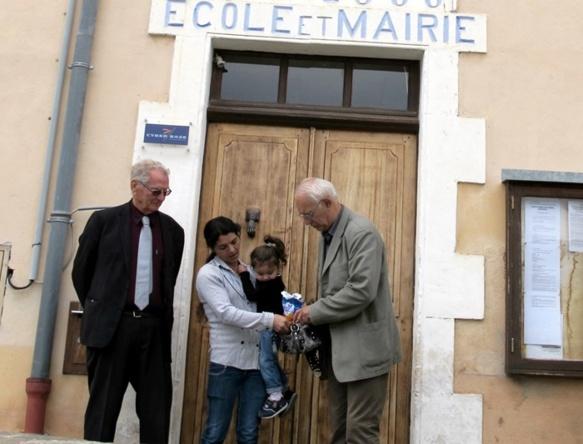 Une mère entre deux maires devant l'école sauvée : Roger Mei, Violeta Banciu et Alain Louche...quand la politique sert vraiment à produire du bonheur (photo MN)