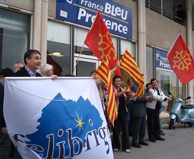 Novembre 2004: rassemblement à Aix pour le respect de la charte de Radio France Bleue (photo MN)