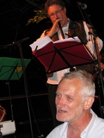 Une fois rangés les instruments de musique des Cantejadas, Jean-Pierre Reynaud s'est attelé à la traduction (photo MN)