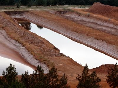 """Si les boues rouges d'Alteo ont essentiellement été rejetées en mer depuis 1966, un vallon isolé est aussi utilisé comme dépôt de résidus de production d'alumine, à Mange-Garri (le lieu où """"mangent les rats"""") Photo MN"""