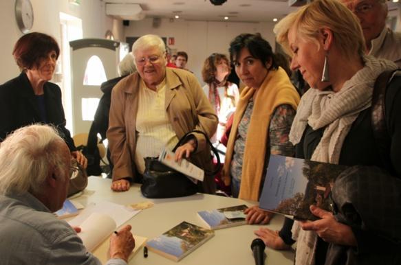 En quelques mois La Toponymie de Signes est devenue un peu celle de toute la Provence. Ici l'auteur dédicace à La Seyne (photo Patric Bobbio DR)
