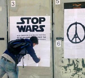 """A Aix-en-Provence, le Collectif EnRue investit l'espace public pour imprimer un message de paix au milieu de l'état de guerre . Comment faire entendre aujourd'hui ce discours ? """"Sans un fort message de paix et de solidarité, c'est la violence qui dominera le monde. La question n'est pas comment protéger la France, la question est : comment bâtir ensemble un monde libre ? » (photo EnRue DR)"""