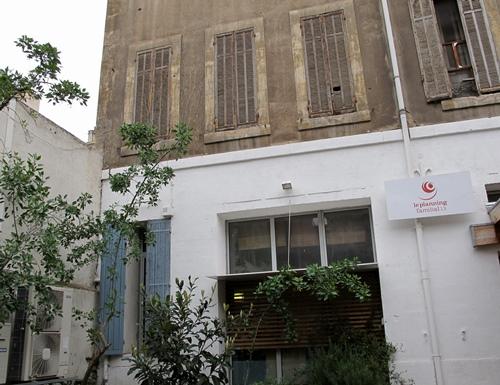 Le planning familial à Marseille. Le moins visible possible pour raisons de sécurité, dans le collimateur des traditionalistes de tous bords, et dans la ligne de mire de la candidate FN (photo MN)