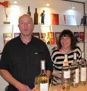"""Frédéric Arnaud et Hélène Dragon. Si leurs vins font les délices des restaurants américains et canadiens, il se boivent aussi en Provence, """"et je l'élabore en nommant les choses comme je les connais, en provençal"""", soutient Frédéric, approuvé par Hélène, qui parle l'occitan (photo MN)"""