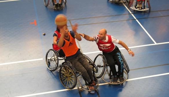 Pour une heure, ils ont essayé de se mettre dans la situation d'une personne handicapée (photo MN)
