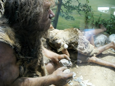 Il aurait bien frotté deux silex pour allumer un clope, si celui-ci avait été inventé...Habitat Néanderthal Musée de la Préhistoire de Quinson (photo MN)