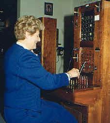 """Et jusqu'aux années 1970 la commutation était encore partiellement manuelle, grâce aux """"demoiselles du téléphone"""" (photo XDR)"""