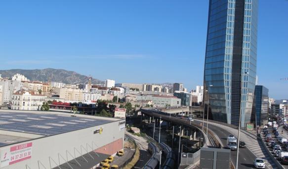 La ceinture urbaine de Marseille abrite de nombreux cadres et décideurs qui reviennent travailler dans la cité phocéenne le jour. Apparemment cela ne suffit pas à créer d'incontournables solidarités territoriales (photo MN)